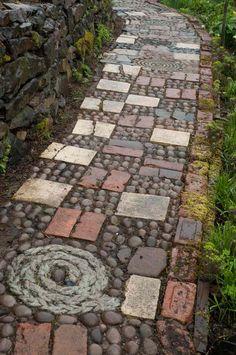 Rustikales Mosaik Design mit Kies und Backstein