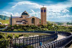 A linda e grandiosa Basílica de Nossa Senhora Aparecida, em São Paulo. Ela que é a Padroeira do Brasil e anualmente recebe milhares fiéis no dia 12 de outubro, seu dia! Saiba mais >>> http://www.guiaviagensbrasil.com/blog/basilica-nossa-senhora-aparecida/