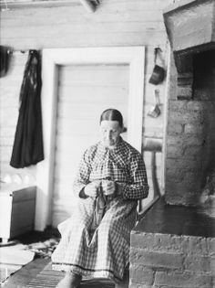 Liisa Paloluoma sitoo niisiä1940, kuva Samuli Paulaharju