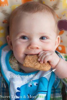 Genius Newborn Hacks That Make Life with Baby Easier - Resouri Toddler Meals, Kids Meals, Toddler Food, Teething Biscuits, Teething Cookies, Homemade Biscuits Recipe, Biscuit Recipe, Baby Snacks, Baby Foods
