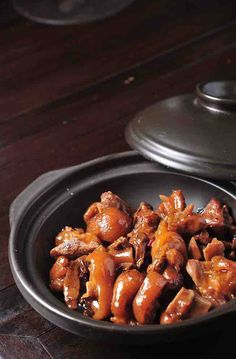 The Best And Most Surprising Food For Healthy Skin - Braised Pork Feet It's human nature to have a youthful appearance. Many people try collagen injection or Chinese Dishes Recipes, Authentic Chinese Recipes, Asian Recipes, Entree Recipes, Pork Recipes, Pork Trotter Recipe, Trotters Recipe, Pig Feet Recipe, Slow Cooker Pork
