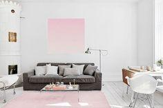 """Pode ser que você ainda não tenha ouvido falar em Rose Quartz, mas provavelmente vai ter um objeto de decoração ou uma roupa """"rosa quartzo"""" nos próximos meses. Tudo porque o tom é o número 1 da paleta de cores recém-divulgada pelo Instituto Pantone! Confira 20 ambientes com esse tom para se inspirar!"""