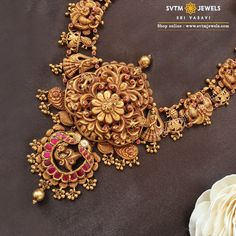 Add a smart touch to your look with this yellow gold long necklace studded with Kemp stone, uncut diamond, real stone and golden balls. Gold Jewellery Design, Gold Jewelry, Bridal Jewelry, Jewelery, Women Jewelry, Gold Jhumka Earrings, Temple Jewellery, Uncut Diamond, Long Necklaces