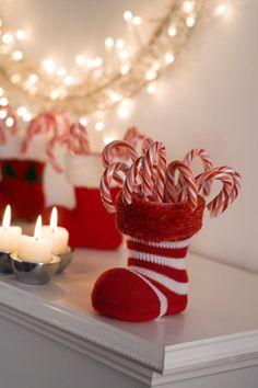 chaussette de Noël en blanc et rouge remplie de bâtons sucrés traditionnels