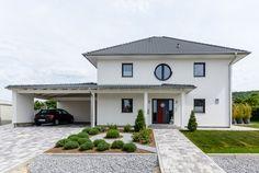 Fatada principala a unei vile moderne cu influente mediteraneene House Design, New Homes, House Styles, House Plans, Prefabricated Houses, Outdoor Design, Carport Designs, Modern House, House Exterior