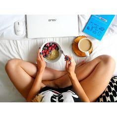 Na dzisiejsze śniadanie: owsianka z malinami i jeżynami ❤️😋 Miłego dnia 😊 ---> Zapraszam na moją stronę na fb https://m.facebook.com/eatdrinklooklove/ ❤ . .  For today's breakfast: oatmeal with raspberries and blackberries ❤️😋Have a nice day 😊---> I invite you to my page on fb https://m.facebook.com/eatdrinklooklove/ ❤ .