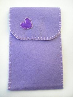 Funda de fieltro lila con corazón morado (trasera)