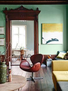 Palette The timeless 'Swan Chair' designed by Arne Jacobsen for Fritz Hansen of Denmark in Photo: Elle Decor Natural Wood Trim, Dark Wood Trim, Interior Design Principles, Home Interior Design, Interior Decorating, Living Room Green, Green Rooms, Mint Green Walls, White Walls