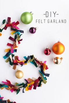 DIY Felt Garland: How gorgeous would this be on a tree strung with simple white lights? Only using the Felt Christmas Garland as decoration? Felt Garland, Diy Garland, Garland Ideas, Fabric Strip Garland, Felt Bunting, Felt Banner, Felt Wreath, Party Bunting, Diy Banner
