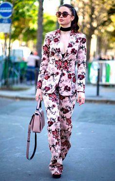 Street style de terninho floral com sandália e skinny scarf