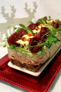Kakkuviikarin vispailuja!: Hyydytetty savuporokakku Cake Sandwich, Sandwiches, Savory Pastry, Yams, Party Snacks, Cheesecakes, Bakery, Food And Drink, Appetizers