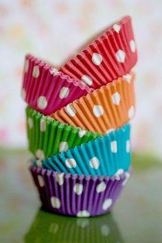 Cupcakes and Polka Dots....almost TOO cute. :-) Bom para muffins... Cupcakes já são decorados demais...