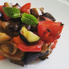 Le verdure al forno sono uno di quei piatti che possono tornarci utili in cucina per dare più gusto ad un primo o ad un secondo o come semplice contorno.