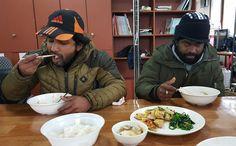 어떤 맛일까? 구마르는 이 지역에서 일한 탓에 굴맛을 안다. : FOREIGNER LABOURS EATING WITH DUK KUK FOR CHINESES NEW YEAR IN THE S KOREA