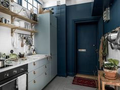A striking, small Kitchen in light and dark blue