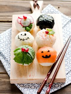 Sushi Balls (Temarizushi)-Halloween Style - Healthy Halloween treats for kids - healthy snack ideas, healthy snacks for kids Halloween Snacks, Entree Halloween, Recetas Halloween, Healthy Halloween, Halloween Party, Easy Halloween, Food Design, Design Ideas, Halloween Saludable