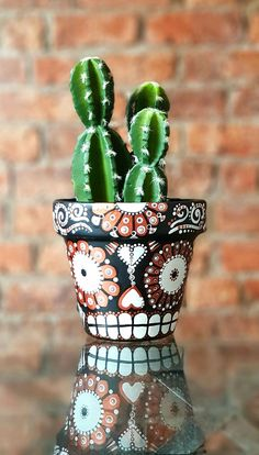 Mexican Day of the Dead Sugar Skull terracotta plant pot. Black, white and copper. Day Of The Dead Diy, Day Of The Dead Skull, Sugar Scull, Sugar Skull Art, Painted Flower Pots, Painted Pots, Mexican Halloween, Skull Crafts, Terracotta Plant Pots