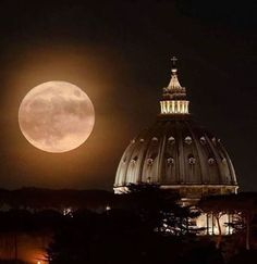 Spectacular photo of the Super Moon. This photo taken in Rome is only two hours away from us. Lovely, isn't it?