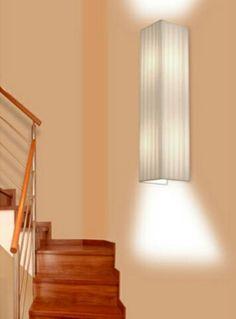 Aplique rectangular con dos luces . La pantalla se realiza en cintas y telas lisas. http://www.raco-ambient.com/racoclassics/lampara/ref-2371/ http://www.raco-ambient.com/