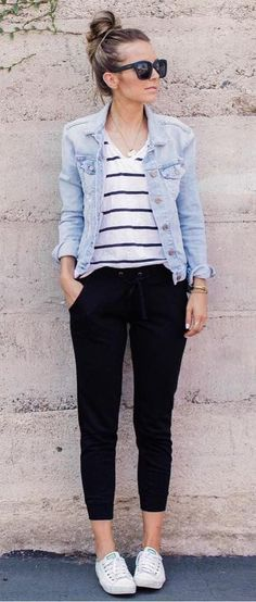 como usar jaqueta jeans no trabalho. look calça preta, blusa listrada e jaqueta jeans. look com tenis branco. look faculdade. look para escola. look casual. look confortavel. look aeroporto. Smart Casual, Casual Chic, Casual Looks, Comfy Casual, Outfit Jeans, Denim Joggers Outfit, Comfy Outfit, Men Shorts, Running Errands Outfit