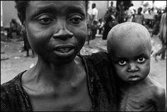 Abbas   NIGÉRIA Fim de cessession por BIAFRA. Oweni. Uma mulher de refugiados Ibo com seu filho no mercado. Ambos sofrem de desnutrição. 1970.