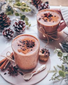 Chocolate almond smoothies with chai spices 💫 Just blend frozen bananas, carob powder, a tbsp of coconut butter and almond mylk together…