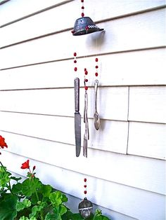 The real point of the wind chime crafts is to let them play with the wind. Think creatively and do some upcycling chimes - diy garden ornaments for all kids Diy Design, Wind Chimes Craft, Pinterest Diy Crafts, Recycled Decor, Recycling, Suncatcher, Outdoor Crafts, Idee Diy, Raised Garden Beds