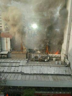 Doce compañías del Cuerpo de Bomberos de Santiago concurrieron a controlar un incendio que se desató en la intersección de paseo Estado y paseo Ramón Nieto, en la comuna de Santiago.