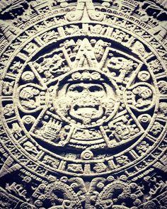 El monolito conocido como piedra del Sol fue tallado entre los años1250y1521d.C. Juan de Torquemada describió en suMonarquía Indiana cómoMoctezuma Xocoyotzinordenó que trajeran una gran roca desde Tenanitla (San Ángel) hasta Tenochtitlán pero en el camino cayó en el puente del barrio de Xoloco.  La roca madre de la que fue extraído proviene del volcánXitle y pudo ser obtenida deSan ÁngeloXochimilco. . . . . . . #cdmx #museum #stone #sun #history #grey #instamoment #instamood #instagood…