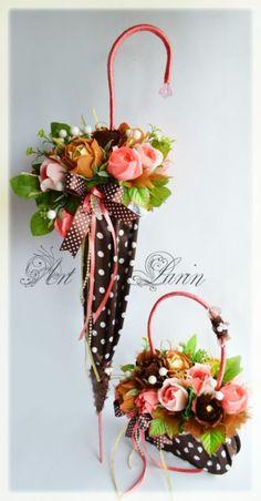 Paper umbrella and handbag - craft embellishment idea. Deco Floral, Arte Floral, Floral Design, Umbrella Wreath, Umbrella Decorations, Diy And Crafts, Paper Crafts, Paper Umbrellas, Candy Bouquet