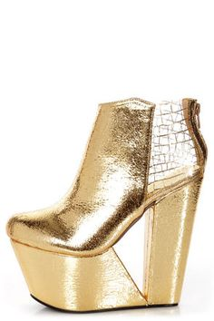 I'm in love with these shoes... though I would break every bone in my body trying to walk in them