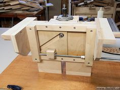 Make this router lift for your router table or mount it in a table saw.