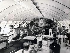 Quando a Pan Am pediu à Boeing um avião de 400 lugares recebeu, afinal, um palácio alado. O modelo 747 nasceu durante os anos 70 e é o avião onde ainda queremos viajar. Espaço (e estilo) não faltam.