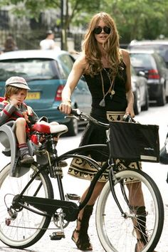 Moms ELLE MACPHERSON From the catwalk to the playground, these hot mamas know how to work it.ELLE MACPHERSON From the catwalk to the playground, these hot mamas know how to work it. Style Moto, Bike Style, Motorcycle Style, Cycle Chic, Elle Macpherson, Bicycle Girl, Mom Style, Best Mom, Look Fashion