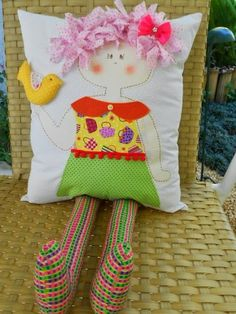 Some beautiful cushions here (foreign language) Funny Baby Gifts, Diy Baby Gifts, Diy Gifts For Kids, Diy For Kids, Funny Pillows, Baby Pillows, Kids Pillows, Sewing Crafts, Sewing Projects