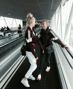 Lisa and Lena arriving in Holland Bff Pictures, Best Friend Pictures, Dance Moms, Lisa Or Lena, Ariana Grande Drawings, Cute Twins, Idole, Cute Friends, Best Friend Goals