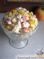 Фото к рецепту: Салат из крабовых палочек с кукурузой и яблоком