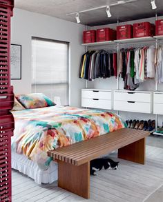 Open closet excellent idea to organize in small spaces Small Apartment Bedrooms, Apartment Bedroom Decor, Small Apartments, Small Spaces, Living Room Decor, Closet Bedroom, Dream Bedroom, Home Bedroom, Ikea Closet