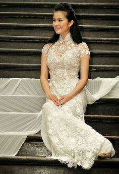 so elegant Vietnamese wedding dress. The all glitter ao dai brings a modern yet glamorous touch. Ao Dai Wedding, Wedding Dress 2013, Fall Wedding Dresses, Wedding Gowns, Lace Wedding, Vietnamese Wedding Dress, Vietnamese Dress, Vietnamese Traditional Dress, Traditional Dresses
