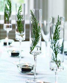 ...eller kanske kärlek.   Glas har varit en stor trend ett tag nu, och det är fint med alla små glasvaser som samlas i grupper, med fina kv...