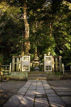 源頼朝の墓 鎌倉幕府 源頼朝のお墓です。ちょっと高台になっており今でも鎌倉を見守っているのでしょう。
