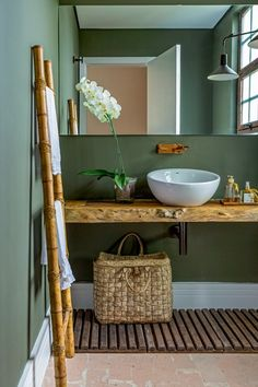 lavabo-orquidea-verde-madeira Projeto da designer de interiores Tota Penteado (Foto: Edu Castello/Editora Globo) Bathroom Sink Vanity Units, Corner Sink Bathroom, Small Bathroom, Eco Bathroom, Natural Bathroom, Best Bath, House Front, Interior Decorating, Home Decor