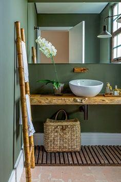 A bancada de madeira bruta deste lavabo compunha o antigo frontão da lareira da casa da designer de interiores Tota Penteado. A peça casou perfeitamente com o tom de verde usado na parede. Cuba da Roca. A escada veio da Divino Espaço.