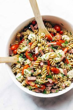 cool This super easy Italian pasta salad is made with tomatoes, fresh mozzarella, spi. Nudelsalat (Pasta Salad) This super easy Italian pasta salad is made with tomatoes, fresh mozzarella, spi Easy Pasta Salad, Pasta Salad Italian, Pasta Salad Recipes, Healthy Pasta Salad, Caprese Pasta Salad, Pasta With Italian Dressing, Penne Pasta Salads, Vegetarian Pasta Salad, Protein Salad