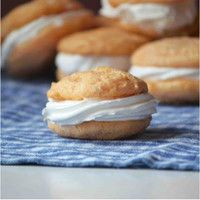 Orange Creamsicle Whoopie Pies--Requires only 3 ingredients! box vanilla cake mix, 1 cup of orange soda, 1 container of Cool Whip) Cake Mix Recipes, Cookie Recipes, Dessert Recipes, Cake Mixes, Cupcake Recipes, Easy Desserts, Delicious Desserts, Yummy Food, Yummy Eats