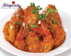 Cùng với món thịt kho tàu thì tôm kho tàu là món ăn miền Nam đặc trưng với vị ngọt, thơm, béo của nước dừa và vị ngọt, dai của tôm.