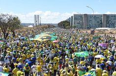 Em Brasília, manifestação reúne milhares http://oesta.do/1KpHvJo
