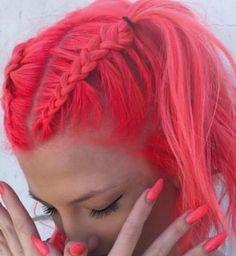 Neon nar çiçeği pembesi renk saç boyasıyla boyanmış örgülü saç modeli   Kadınca Fikir - Kadınca Fikir