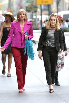 Pin for Later: 43 Style Lessons We Learned From Carrie Bradshaw Stuffy Suits Instantly Become After-Hours Appropriate When Paired With a Tee Carrie Bradshaw Estilo, Carrie Bradshaw Outfits, Mature Fashion, Mode Outfits, Sexy Outfits, City Style, Fashion Advice, Gorgeous Women, Carry On
