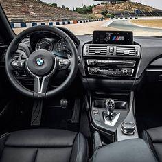 BMW M2 2017  Cupê esportivo chega ao Brasil e oferece revestimento de couro tipo Alcântara está nos painéis internos das portas e no console central juntamente com fibra de carbono e costura Motorsport azul em relevo. Bancos volante e alavanca do câmbio possuem detalhes exclusivos da grife M. O modelo ainda conta com o sistema de som Harman Kardon com 12 alto-falantes dois subwoofers centrais e um amplificador externo de 360 W no porta-malas.  Motor seis cilindros 3.0 Biturbo de 370 cv a…